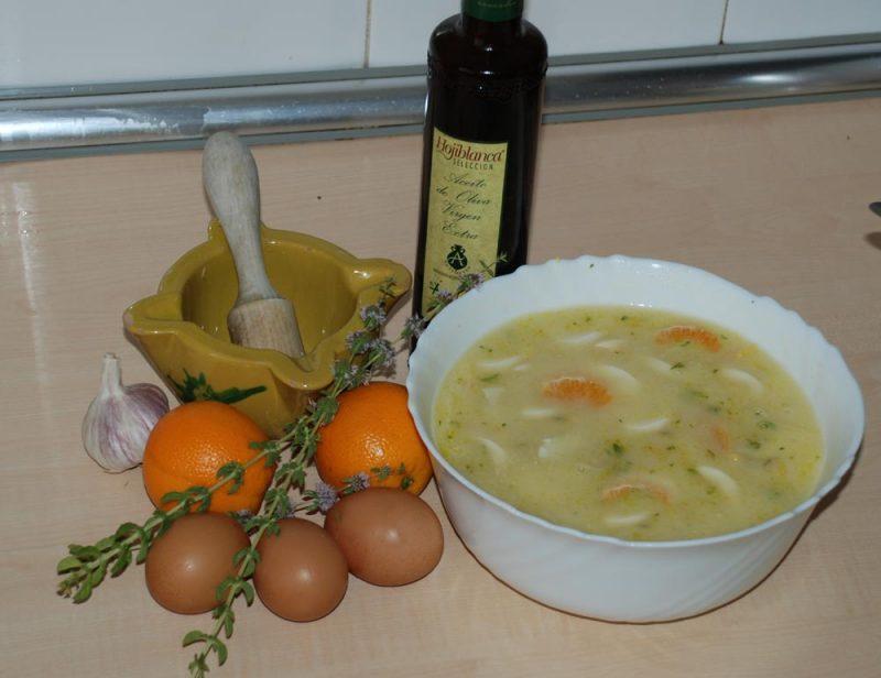 Gahpachu de poleu, güevu y naranja.