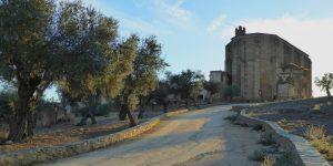 Camino entre el Cristo y el convento.